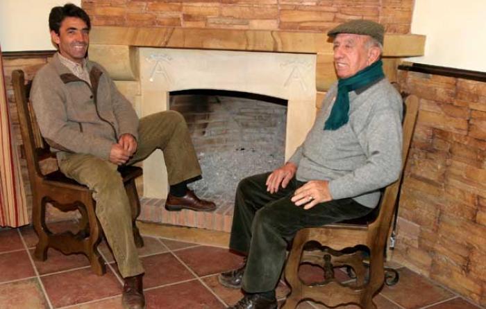 Con su padre, ante la chimenea de Las Tiesas
